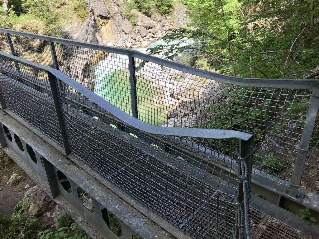 Beachte die Tiefenbachklamm Öffnungszeiten: So groß ist die Gewalt der Felsen - selbst das Stahlgeländer an dieser Brücke wurde im Winter zerstört