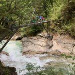Über Brücken in der Tiefenbachklamm wandern