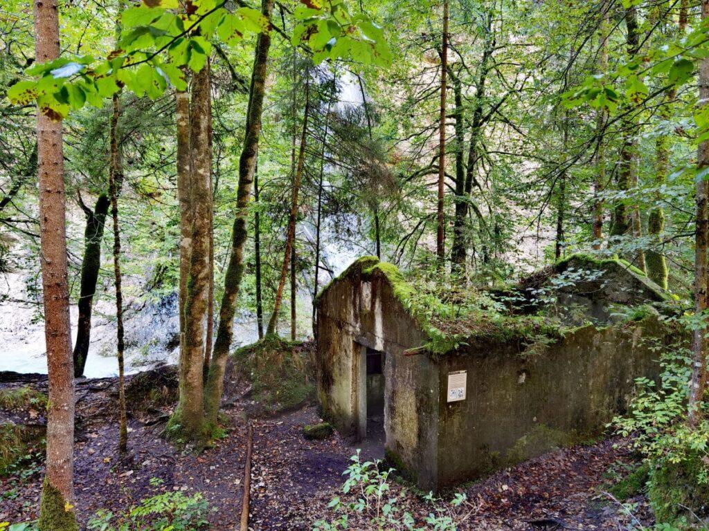 Lost place in der Tiefenbachklamm - das ehemalige E-Werk versorgte Brandenberg früher mit Strom