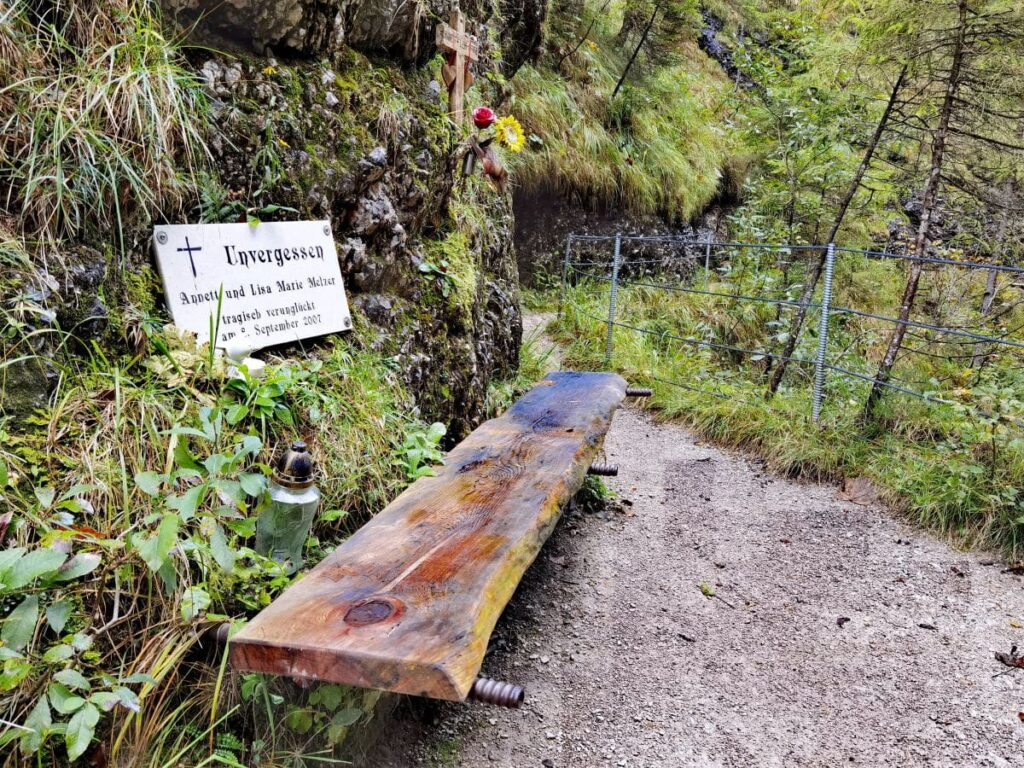 Die Gedenktafel erinnert an den Tiefenbachklamm Unfall 2007