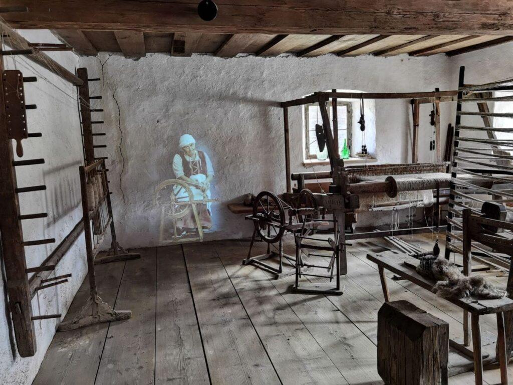 Historisches Bauernhofmuseum Kramsach - mit modernen Installationen, hier in der Spinnerei