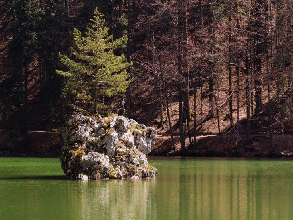Der Berglsteinersee Sage nach verbergen sich ein Jäger und ein Ritterfräulein in Form der Felsen im See...
