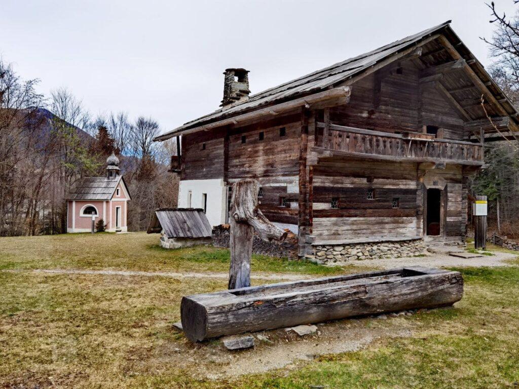 Einer der historischen Bauernhöfe im größten Freilichtmuseum Tirol