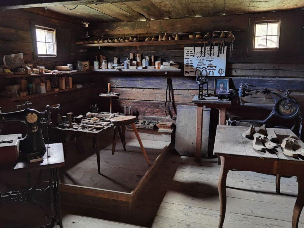 Eine alte Werkstätte im Bauernhof im Höfemuseum Kramsach