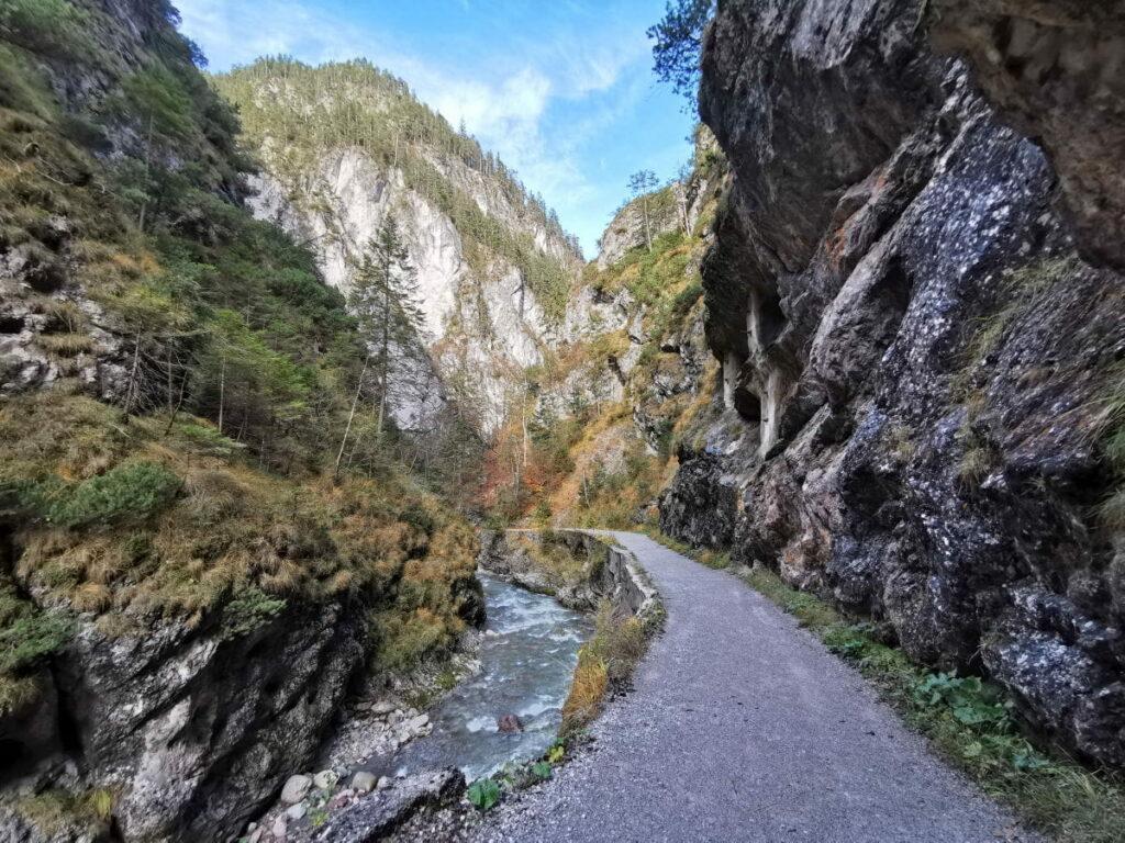 Kundler Klamm - breiter Weg zwischen den Felsen in Tirol