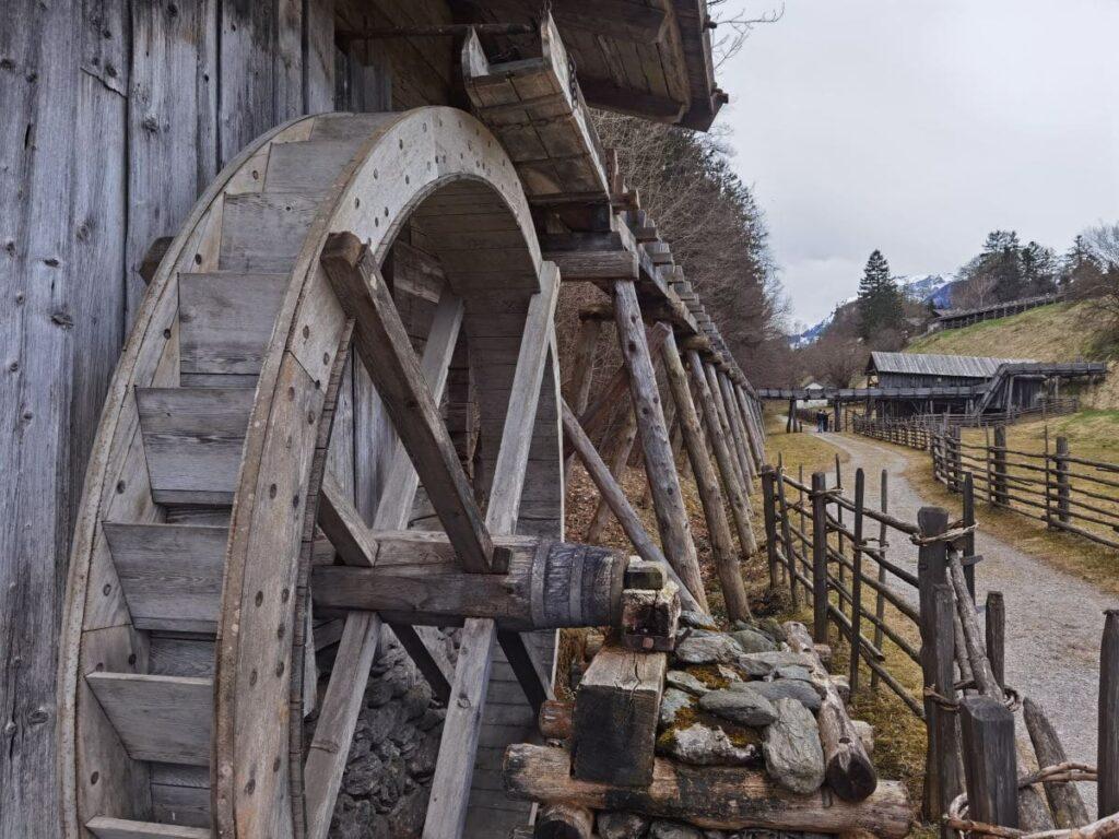 Eine großartige Anlage: Die alte Mühle mit der langen Wasserzuführung im Bauernhofmuseum
