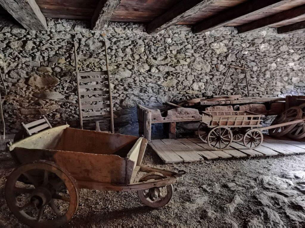 Bevor es Autos und Traktoren gab, waren die Karren die Transportfahrzeuge