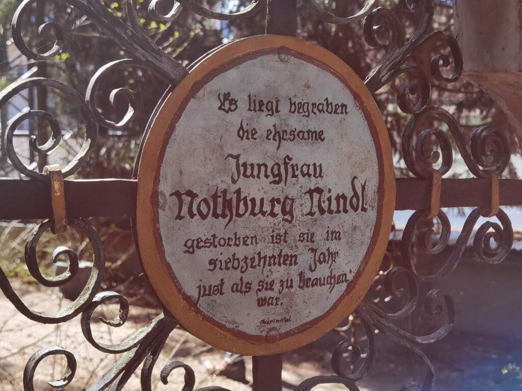 lustige Grabinschriften auf dem Museumsfriedhof Kramsach