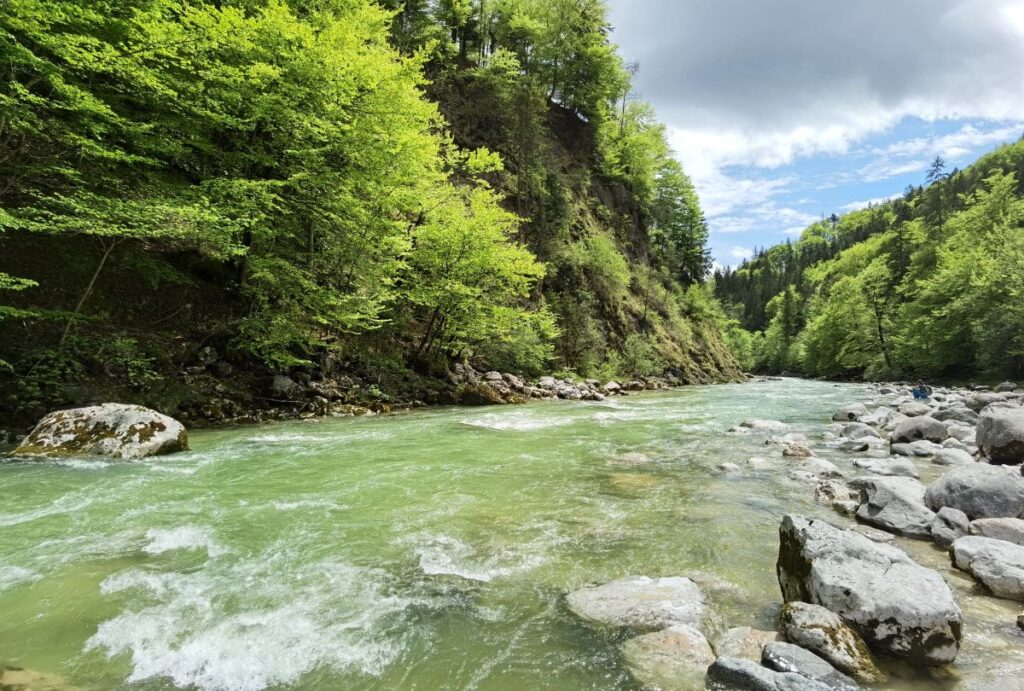 Die Brandenberger Ache am Eingang in die Tiefenbachklamm - eine wunderbare wilde Flußlandschaft in Tirol